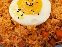 Kimchi för koreansk mat stekte ris med det stekte ägget överst royaltyfria foton