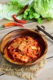 Kimchi met Eetstokjes op houten lijst stock foto's