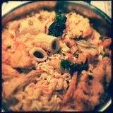 Kimchi met noedels en viscroquetjes royalty-vrije stock afbeelding
