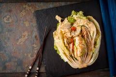 Kimchi no fundo de pedra com opinião superior dos hashis chineses Fotografia de Stock