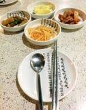 Kimchi och kopplad ihop potatis - koreansk mat Fotografering för Bildbyråer