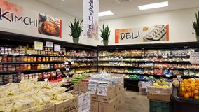 KimChi y sección de la tienda de delicatessen dentro del mercado de Palama fotos de archivo