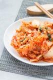 Kimchikool Koreaans voorgerecht op witte verticale plaat, stock foto