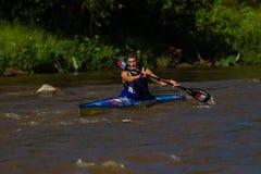 Kime que rema a raça da canoa Imagens de Stock Royalty Free
