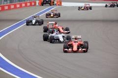 Kimi Raikkonen Scuderia Ferrari och Valtteri Bottas Williams Martini Racing som värme deras gummihjul Arkivbilder