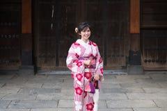 Kimono d'uso della donna asiatica attraente a Asakusa, Tokyo, Giappone fotografia stock libera da diritti