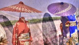 kimono ed ombrelli orientali variopinti da andare a fare una passeggiata Immagine Stock
