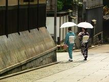 Kimono geklede vrouwen die rond Gion-district, Kyoto wandelen Stock Afbeelding