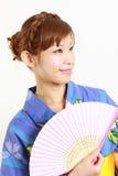 Kimono giapponese con il fan di carta Immagini Stock