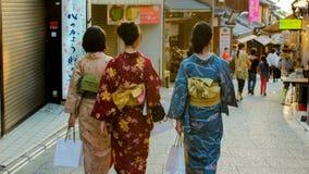 Kimono-klätt gå i Kyoto Arkivfoto