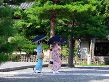 Kimono kledende vrouwen in Japanse tuin, Kyoto Japan Royalty-vrije Stock Afbeelding