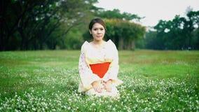 Kimono que lleva de la mujer asiática metrajes