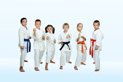 In Kimono sechs führen Athleten Karatetechniken durch lizenzfreies stockfoto