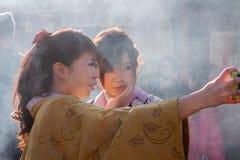 Kimono selfie bij tempel Stock Afbeeldingen