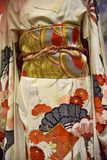 kimono Traditionell japansk klänning för kvinnor med garneringar Royaltyfri Fotografi