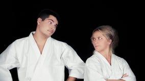 Kimonos de port de couples de karaté se tenant ensemble Images libres de droits