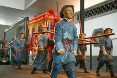 Kina Asien, Peking, huvudmuseet, skulptur, gammal Peking sedanstolen, den traditionella bröllopceremonin royaltyfri fotografi