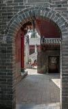Kina den Shaolin kloster Uteplatser och välvd övergångsbetwe Arkivbilder
