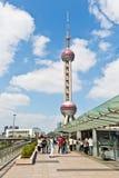 Kina det orientaliska pärlemorfärg TVtornet är en berömd gränsmärke i Shanghai Fotografering för Bildbyråer