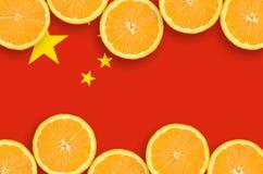 Kina flagga i citrusfruktskivahorisontalram arkivbilder