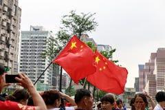 Kina flagga med personer som protesterar som är främsta av byggnad 101 i Taiwan Fotografering för Bildbyråer