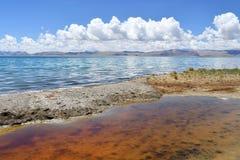 Kina Great Lakes av Tibet Helig sjö Teri Tashi Namtso i solig sommardag arkivfoton