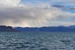 Kina Great Lakes av Tibet Regn över sjön Teri Tashi Namtso i soligt sommarväder fotografering för bildbyråer