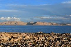 Kina Great Lakes av Tibet Sjö Teri Tashi Namtso i inställningssolen i sommar arkivfoto