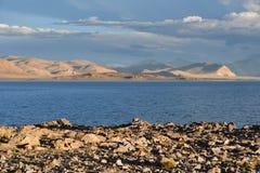 Kina Great Lakes av Tibet Sjö Teri Tashi Namtso i inställningssolen i sommar royaltyfria bilder