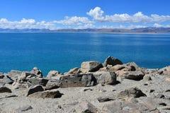 Kina Great Lakes av Tibet Sjö Teri Tashi Namtso i solig dag i Juni royaltyfria foton