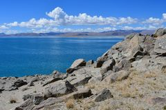 Kina Great Lakes av Tibet Sjö Teri Tashi Namtso i solig sommardag arkivbilder