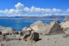 Kina Great Lakes av Tibet Sjö Teri Tashi Namtso i solig sommardag royaltyfri fotografi