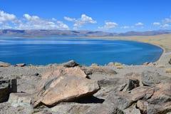 Kina Great Lakes av Tibet Sjö Teri Tashi Namtso i solig sommardag arkivbild