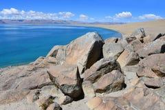 Kina Great Lakes av Tibet Sjö Teri Tashi Namtso i solig sommardag royaltyfria bilder
