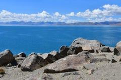 Kina Great Lakes av Tibet Sjö Teri Tashi Namtso i solig sommardag arkivfoto