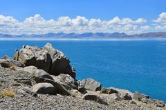 Kina Great Lakes av Tibet Sjö Teri Tashi Namtso i solig sommardag royaltyfria foton