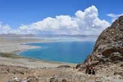 Kina Great Lakes av Tibet Sjö Teri Tashi Namtso i soligt sommarväder royaltyfri fotografi