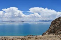 Kina Great Lakes av Tibet Sjö Teri Tashi Namtso i soligt sommarväder arkivbilder