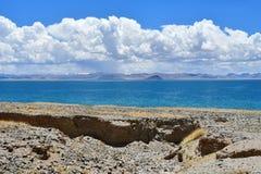 Kina Great Lakes av Tibet Sjö Teri Tashi Namtso i soligt sommarväder fotografering för bildbyråer