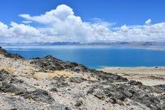 Kina Great Lakes av Tibet Sjö Teri Tashi Namtso i soligt sommarväder arkivbild