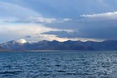 Kina Great Lakes av Tibet Sjö Teri Tashi Namtso i sommarafton under en molnig himmel royaltyfri fotografi