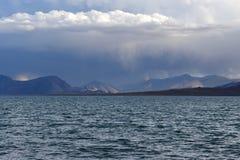 Kina Great Lakes av Tibet Sjö Teri Tashi Namtso i sommarafton under en molnig himmel royaltyfria bilder