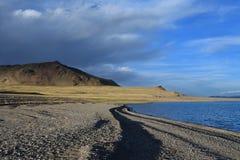 Kina Great Lakes av Tibet Sjö Teri Tashi Namtso i sommarafton under en molnig himmel royaltyfri foto