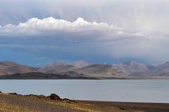 Kina Great Lakes av Tibet Sjö Teri Tashi Namtso i sommarafton under en molnig himmel royaltyfri bild