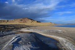 Kina Great Lakes av Tibet Sjö Teri Tashi Namtso i sommarafton under en molnig himmel arkivfoto