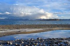 Kina Great Lakes av Tibet Sjö Teri Tashi Namtso i sommarafton under en molnig himmel fotografering för bildbyråer