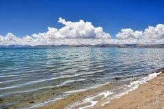 Kina Great Lakes av Tibet Små vågor på sjön Teri Tashi Namtso i soligt sommarväder arkivbild