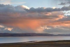 Kina Great Lakes av Tibet Stora moln över sjön Teri Tashi Namtso på solnedgången arkivfoto