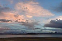 Kina Great Lakes av Tibet Stora moln över sjön Teri Tashi Namtso på solnedgången fotografering för bildbyråer