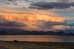Kina Great Lakes av Tibet Stora moln över sjön Teri Tashi Namtso på solnedgången royaltyfri foto